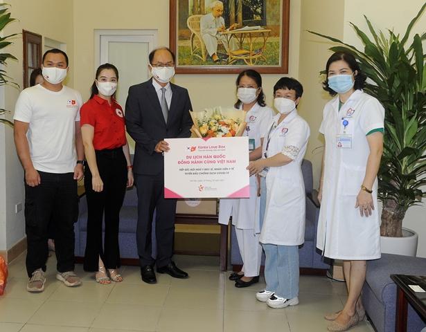 1. Ông Park Jong Sun - Trưởng Đại diện Tổng cục Du lịch Hàn Quốc trao quà tặng tiếp sức cho đội ngũ y bác sĩ tại BV Đống Đa - Hà Nội