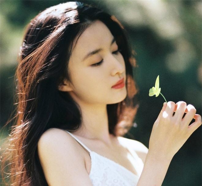 Ngắm nữ diễn viên có nhan sắc, khí chất được so sánh với Lưu Diệc Phi - 2