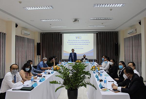 Doanh nhân Huỳnh Văn Chính phát biểu ở đầu cầu VCCI Đà Nẵng trong khuôn khổ buổi gặp gỡ trực tuyến của Chủ tịch Quốc hội Vương Đình Huệ với đại diện giới doanh nhân Việt Nam do VCCI tổ chức ngày 7/10