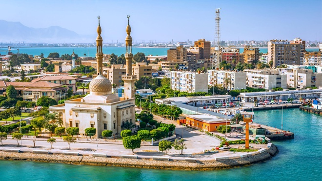 Suez là thành phố cảng biển ở Ai Cập với dân số hơn 700.000 người. Thành phố này nằm trên rìa của kênh đào Suez và nằm trên biên giới giữa châu Á và châu Phi. Nhờ việc mở kênh đào Suez năm 1869, thành phố này trở thành trung tâm hải quân, thương mại quan trọng. Đây cũng là điểm khởi hành cho những người Hồi giáo hành hương đến thành phố Mecca (Ả Rập Xê Út). Ảnh: Planet of Hotels.