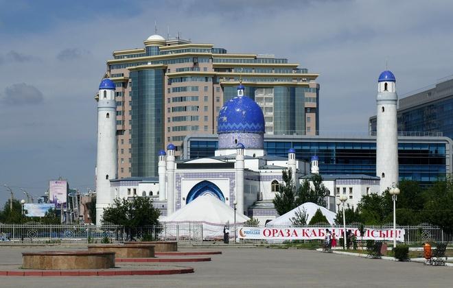 Atyrau là thành phố duy nhất của Kazakhstan nằm trên hai châu lục. Thành phố đặc biệt này được xây dựng từ giữa thế kỷ 17 với tên gọi ban đầu là Guryev. Đến năm 1992, Guryev được đổi tên thành Atyrau. Hiện nay, đây là nơi sinh sống của hơn 230.000 người dân. Ảnh: Flickr.