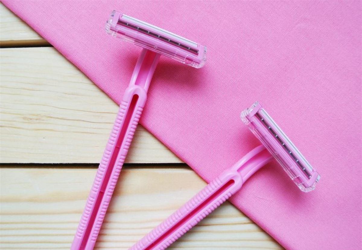 Sử dụng lưỡi lam dùng một lần: Lưỡi lam của dao cạo hoạt động như sau, lưỡi lam đầu tiên có tác dụng làm dựng lông lên và mỗi lưỡi dao kế tiếp có tác dụng cạo các phần thấp hơn của sợi lông. Do đó, để cạo lông hiệu quả nhất, bạn nên dùng dao cạo 4 hoặc 5 lưỡi lam./.