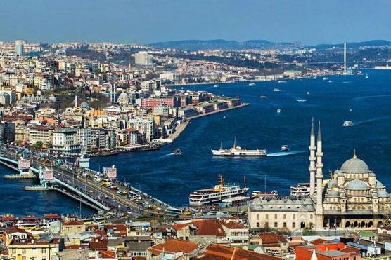 Istanbul là thủ đô của Thổ Nhĩ Kỳ, cũng là thành phố duy nhất của quốc gia này trải dài trên lục địa Á - Âu. Theo World Atlas, Istanbul được chia cắt bởi eo biển Bosphorus, vùng biển hẹp nhưng quan trọng bởi nó ngăn cách châu Á với châu Âu. Nhờ vị trí địa lý đặc biệt, thủ đô của Thổ Nhĩ Kỳ được gọi là thành phố liên lục địa và trở thành trung tâm chính trị, thương mại, văn hóa quan trọng. Ảnh: Hürriyet Daily News.