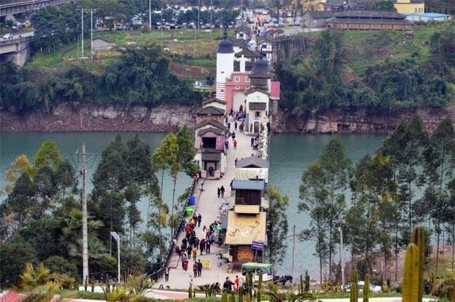 Những ngôi nhà trên cầu là các cửa hàng bán đồ lưu niệm cho khách du lịch