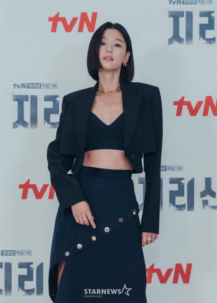 Jun Ji Hyun hở bạo khoe vòng hai, thần thái cực đỉnh tại họp báo ra mắt phim mới - Ảnh 2.