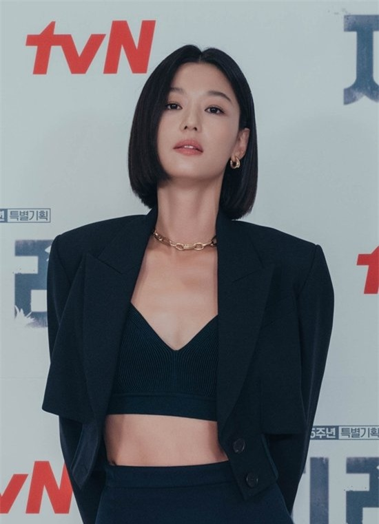 Jun Ji Hyun hở bạo khoe vòng hai, thần thái cực đỉnh tại họp báo ra mắt phim mới - Ảnh 3.