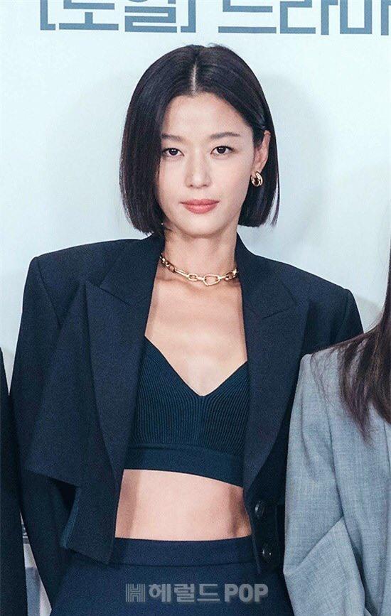 Jun Ji Hyun hở bạo khoe vòng hai, thần thái cực đỉnh tại họp báo ra mắt phim mới - Ảnh 4.