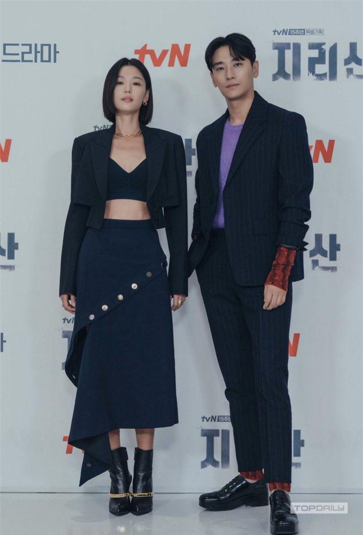 Jun Ji Hyun hở bạo khoe vòng hai, thần thái cực đỉnh tại họp báo ra mắt phim mới - Ảnh 5.