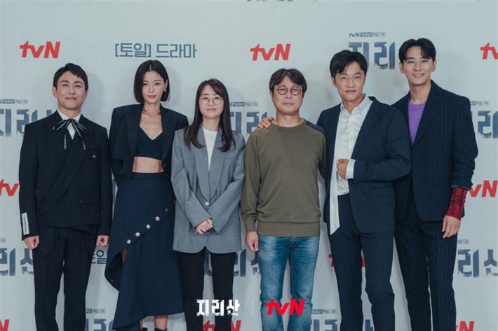 Jun Ji Hyun hở bạo khoe vòng hai, thần thái cực đỉnh tại họp báo ra mắt phim mới - Ảnh 6.