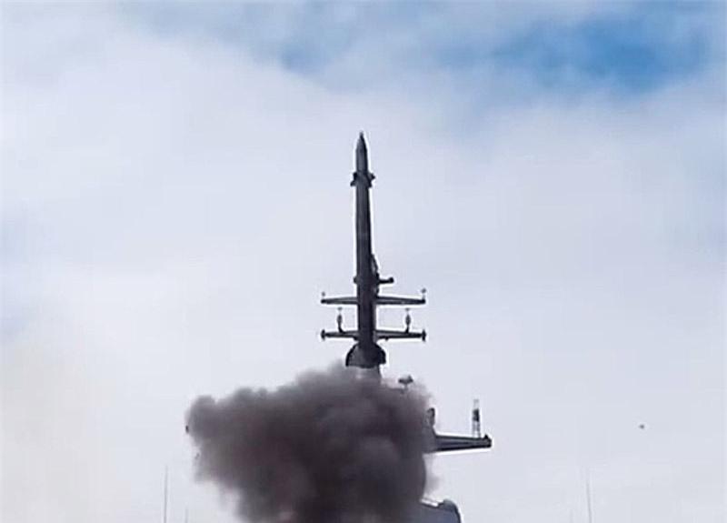 Tên lửa 9M96E - một phần của hệ thống phòng không mới Resource cung cấp khả năng bảo vệ đáng tin cậy cho chiến hạm khỏi mọi phương tiện tấn công đường không, bao gồm máy bay có người lái và không người lái, tên lửa hành trình hoặc một vũ khí chính xác cao hứa hẹn khác.