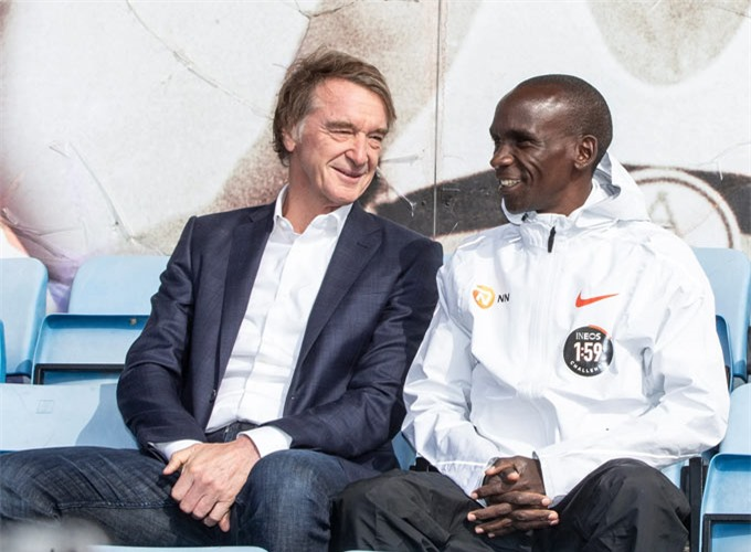 Sir Jim Ratcliffe (trái) mua CLB Nice năm 2019 với giá khoảng 100 triệu euro
