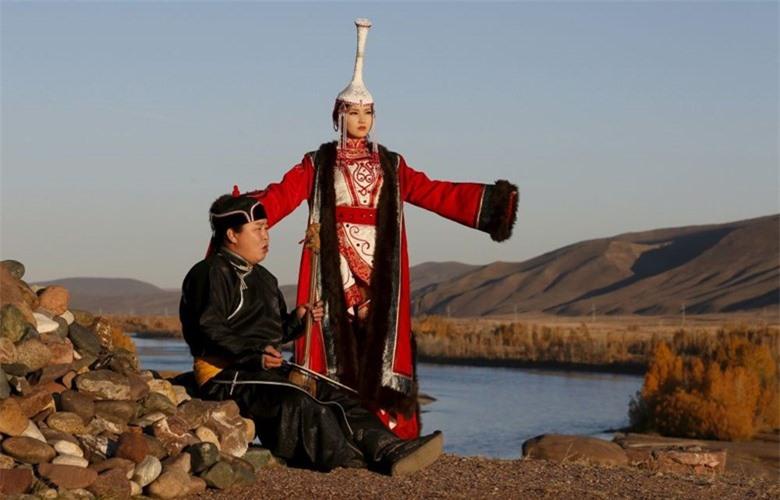 Người nghệ sĩ hát bằng cổ họng Aikhan Orzhak và cô gái mặc trang phục truyền thống của người Tuva cổ. Ảnh chụp lúc hoàng hôn tại bờ sông Yenisei bên ngoài làng Ust-Elegest, Tuva.