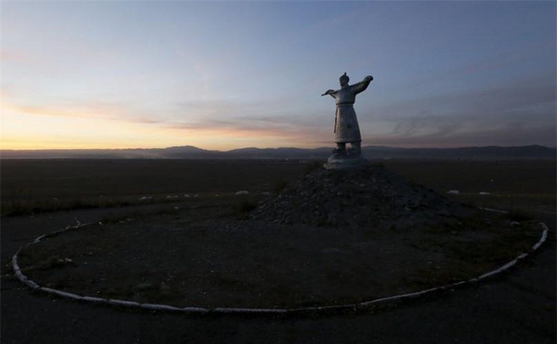 Tác phẩm điêu khắc về một người chăn gia súc ở khu vực thảo nguyên bên ngoài thị trấn Kyzyl.