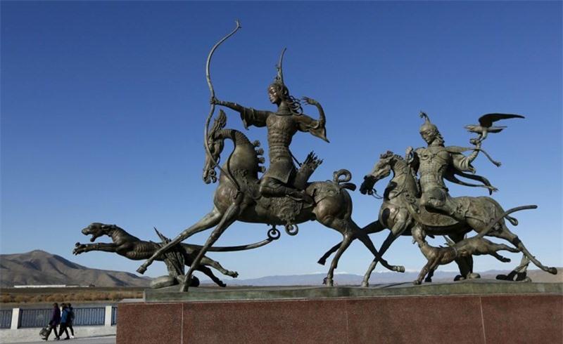 Tác phẩm điêu khắc bằng đồng mô tả cuộc sống du mục truyền thống của người dân ở Tuva. Tác phẩm được đặt bên bờ kè sông Yenisei ở thị trấn Kyzyl, trung tâm hành chính của khu vực Tuva.