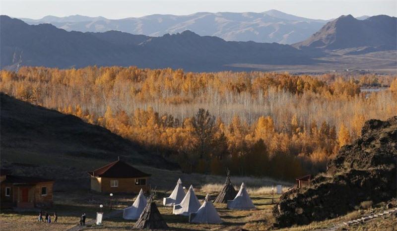 Làng du mục đa văn hóa Aldyn Bulak lúc hoàng hôn trên bờ sông Yenisei, Tuva.