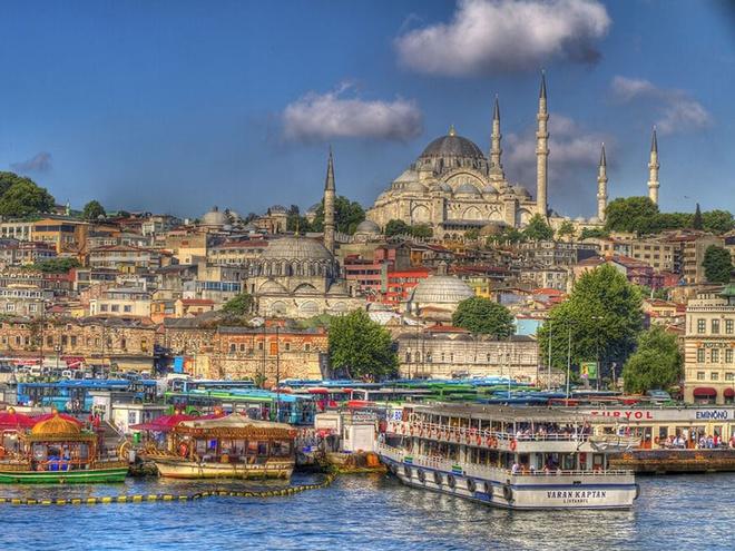 Theo số liệu cập nhật tháng 3/2021 của Statista, dân số của Istanbul là 15,19 triệu người. Đây là thành phố đông dân nhất châu Âu. Istanbul được xây dựng năm 657 trước Công nguyên với tên gọi ban đầu là Constantinople. Từ năm 330-1453, Constantinople là thủ đô của Byzantine (Đế quốc Đông La Mã). Sau đó, từ năm 1285-1923, nơi này lại trở thành thủ đô của Ottoman. Ảnh: Destine Holidays.