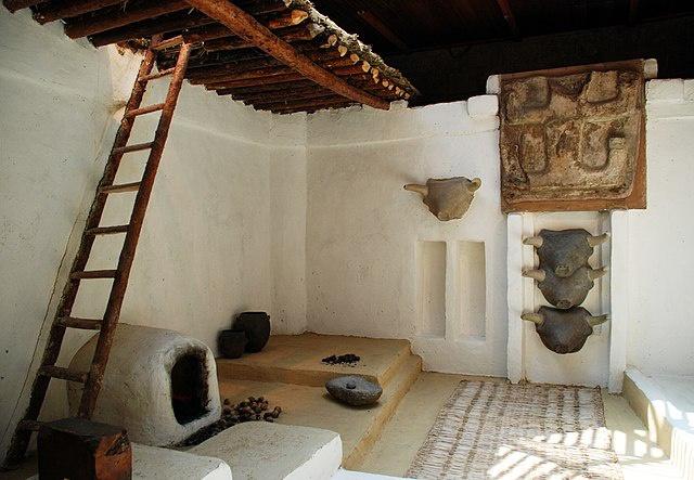 Săn bắn vẫn là phương thức kiếm ăn quan trọng trong cuộc sống của xã hội Çatalhöyük. Người dân dự trữ thịt, dùng da động vật để may quần áo và tận dụng phần xương để chế tạo kim khâu, lược chải tóc. Trong thời kỳ này, người Çatalhöyük đã biết chế tạo khung cửi để dệt vải. Loại vải sớm nhất được con người phát hiện có niên đại 7.500 năm. Ảnh: Wikimedia Commons.