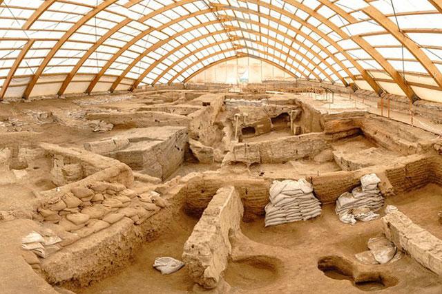 Çatalhöyük được phát hiện tại miền Trung của Thổ Nhĩ Kỳ. Đây được cho là một trong những khu đô thị cổ xưa nhất thế giới, từng được con người khám phá. Ước tính, từ năm 9.500-6.200 trước Công nguyên, khu đô thị này có hơn 8.000 người sinh sống. Theo National Geographic, Çatalhöyük được xây dựng trên bờ của một con sông đã khô cạn. Các nhà nghiên cứu nhận định đây là nền móng cho xã hội thời kỳ đồ đá bình đẳng, sống nương tựa vào nhau. Cái tên Çatalhöyük được ghép từ chữ çatal (ngã ba) và höyük (gò đất) trong tiếng Thổ Nhĩ Kỳ. Ảnh: PlanetWare.