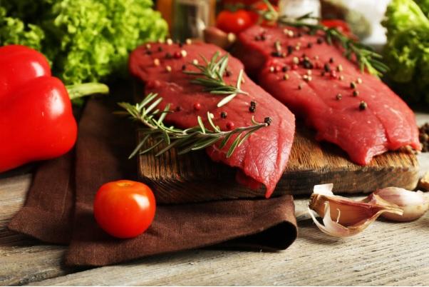 Người bị gút không nên ăn nhiều thịt đỏ.