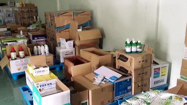 Lực lượng chức năng kiểm đếm số tang vật tạm giữ, những sản phẩm này thuộc danh mục cấm sử dụng tại Việt Nam.