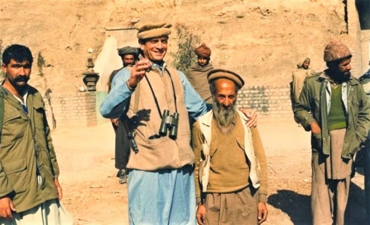 Charlie Wilson trong trang phục Afghanistan gặp gỡ mujahideen; Nguồn: greekreporter.com.