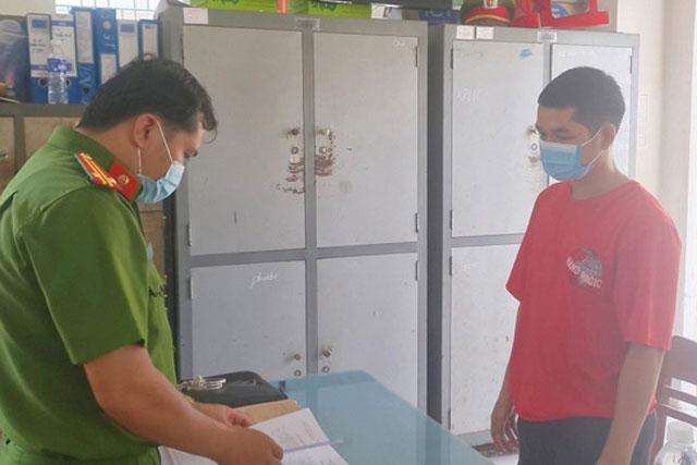Lực lượng công an đọc lệnh và tiến hành các thủ tục bắt giam Lý Văn Tâm (Ảnh: TTXVN)