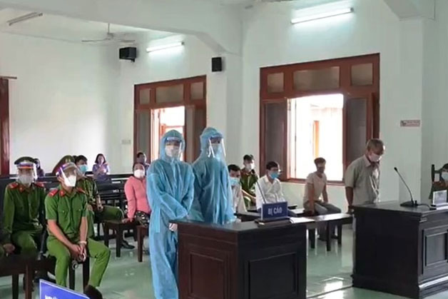 Bị cáo Nguyễn Lâm (phải) và Đặng Phúc Công tại phiên tòa (Ảnh: Báo Người lao động)