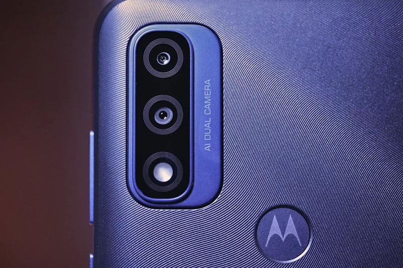 Cận cảnh smartphone chống nước, RAM 3 GB, pin 'khủng', giá 3,64 triệu đồng