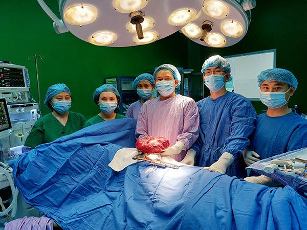 Phẫu thuật thành công khối u nặng 3,1kg chèn ép tim bệnh nhân 16 tuổi