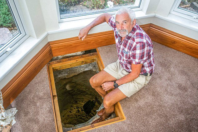 Bất ngờ phát hiện giếng cổ trong nhà, người đàn ông quyết đào tìm kho báu
