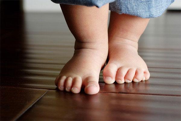 Những lợi ích bất ngờ của việc cho con đi chân trần, cha mẹ nên biết