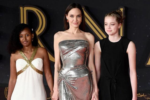 Angelina Jolie diện đầm ôm sát hút mọi ánh nhìn, dắt tay 2 con gái đẹp như thiên thần trên thảm đỏ LHP Rome