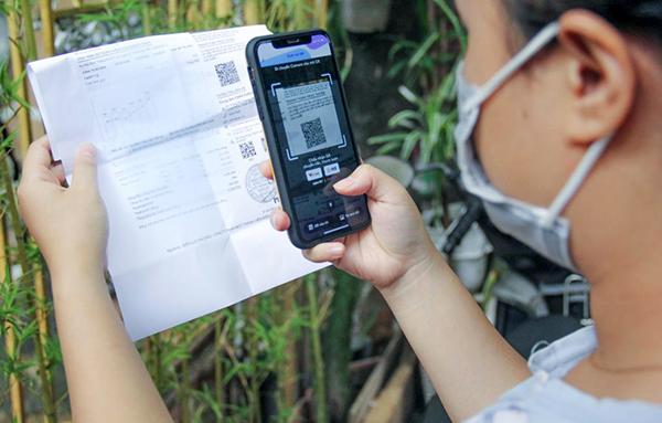 Ngày càng nhiều người dân miền Trung – Tây Nguyên thanh toán tiền điện qua mã QR Code