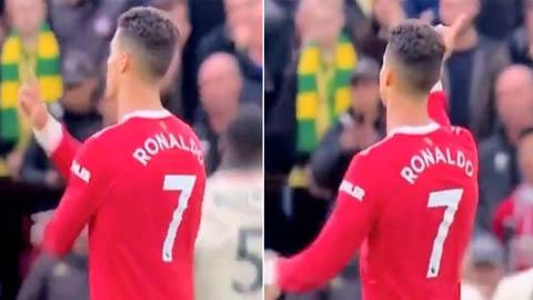 Ronaldo có hành động khó hiểu khi chứng kiến Salah sút tung lưới Man United
