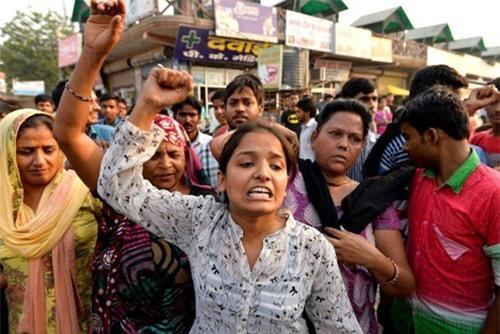Nhiều người tập trung gần nhà bé gái hai tuổi rưỡi bị cưỡng hiếp để biểu tình, yêu cầu cảnh sát dốc sức điều tra vụ việc.