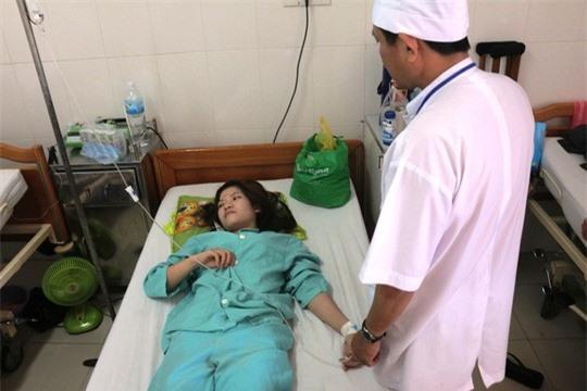 Các công nhân bị ngộ độc đang được theo dõi điều trị tại Bệnh viện Đa khoa tỉnh Khánh Hòa