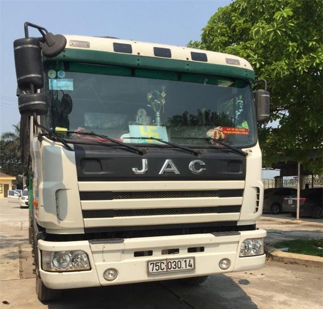 Chiếc xe tải chở gần 8 tấn mỡ động vật bẩn vừa bị CSGT Thanh Hóa bắt giữ sáng 10/4 - Ảnh: Tuổi trẻ