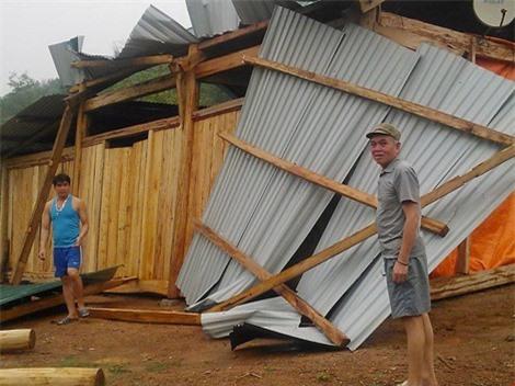 Trận mưa đá làm hư hỏng mái nhà người dân ở xã Mai Sơn (huyện Tương Dương, Nghệ An). Ảnh: Pháp luật TP HCM