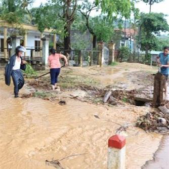 Mưa đá xuất hiện bất thường tại huyện Hoài Ân, tỉnh Bình Định. Ảnh: Tiền phong