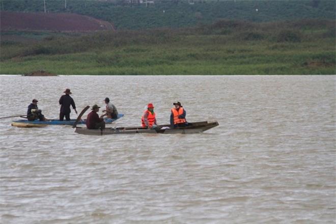 Lực lượng cứu hộ cứu nạn tìm kiếm nạn nhân mất tích trên hồ Đại Ninh. Ảnh: TTXVN