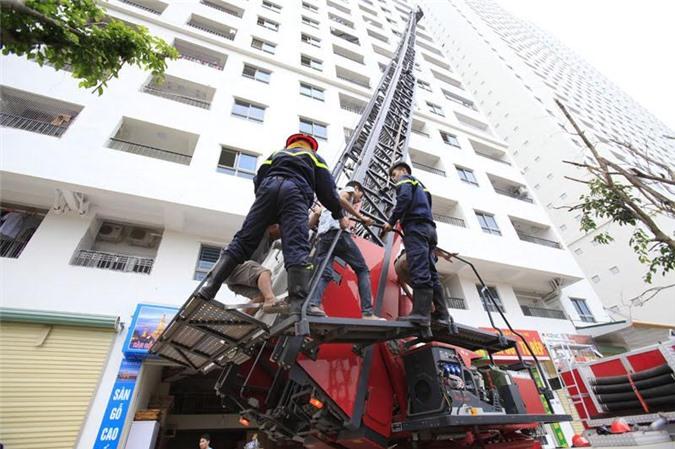 Lực lượng PCCC huy động gần 10 xe cứu hỏa đến hiện trường
