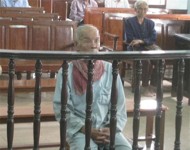Cụ Thà tại phiên tòa sơ thẩm ngày 17-9. Ảnh báo Tuổi Trẻ.