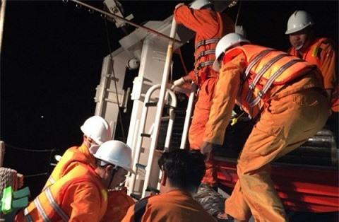 Lực lượng cứu hộ trên tàu SAR 413 chuẩn bị phương án cứu nạn