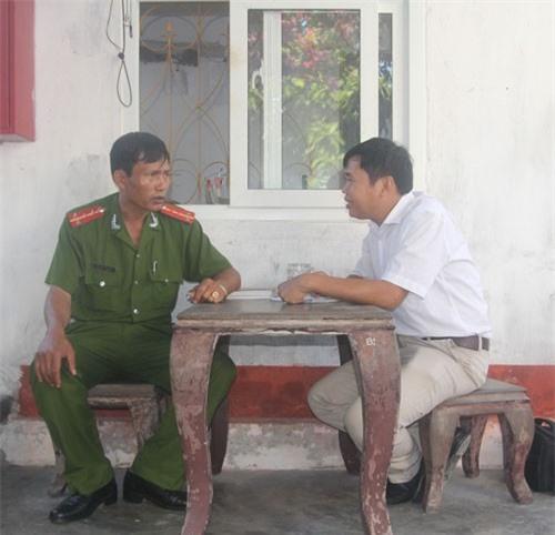 Cán bộ quản giáo Trại tạm giam Công an tỉnh Nghệ An trò chuyện với phóng viên về công việc canh giữ tử tù Ảnh: HẢI VŨ