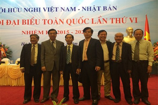 Ông Lê Đình Vinh (thứ tư từ trái qua) trở thành tân Hiệu trưởng Trương Đại học Luật.