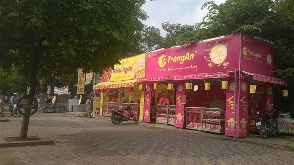 Quan sát qua 30 phút tại một cửa háng bán bánh trung thu Kinh Đô trên đường Phạm Hùng.