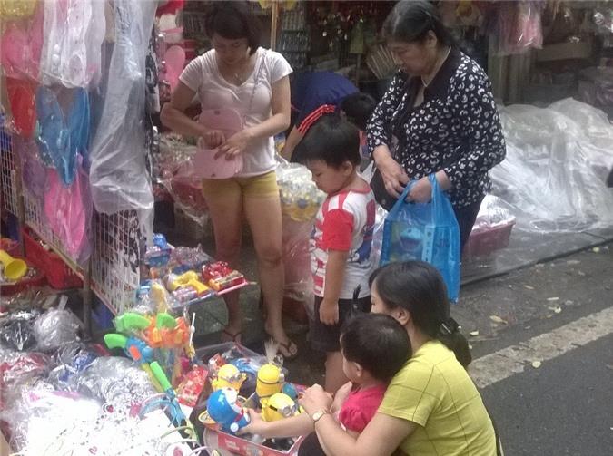 Các bà, các mẹ cũng mang con nhỏ đi mua sắm.