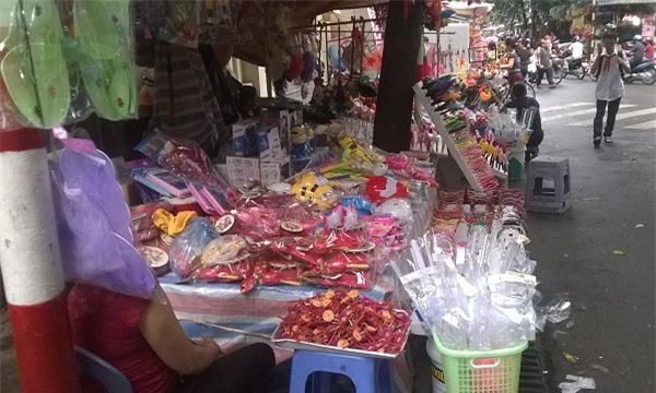 Nhiều món đồ chơi được bày bán khắp phố Trung thu.