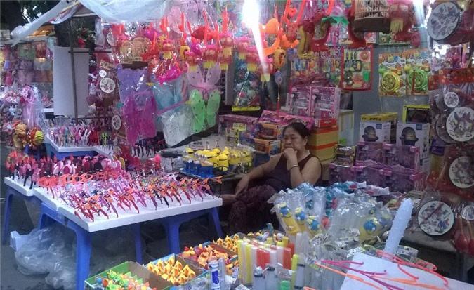 Nhiều loại đồ chơi, đèn lồng được bày bán khắp Phố trung thu.