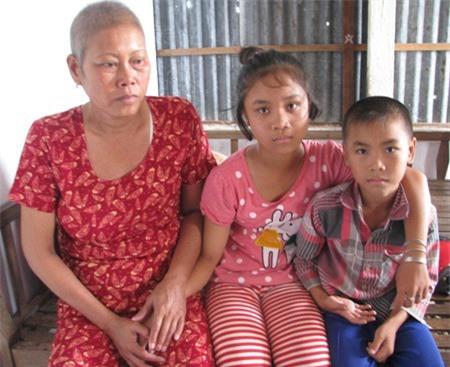 Bà Lan phải nuôi 2 đứa cháu nội đang tuổi ăn học.